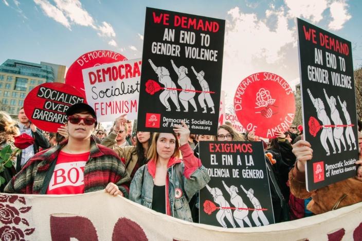 Militantes do Socialistas Democráticos da América (DSA) fazem manifestação a favor do direito ao aborto, uma pauta relacionada aos direitos individuais que os liberais deveriam defender.