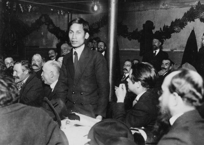 Nguyen-Ai-Quoc (mais tarde conhecido como Ho Chi Minh) falando no congresso do Partido Comunista Francês em dezembro de 1920. Foto de Michael Goebel.